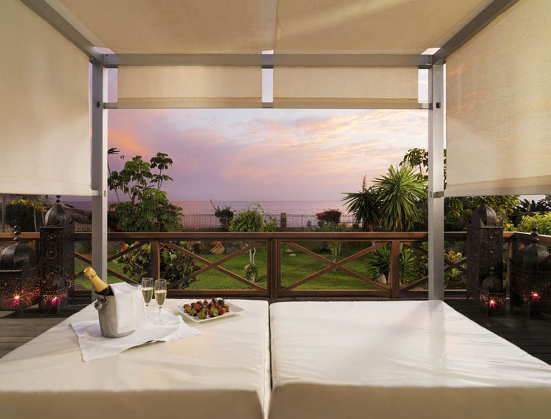 H10 Costa Adeje Palace Privilege Bali bed with sea views